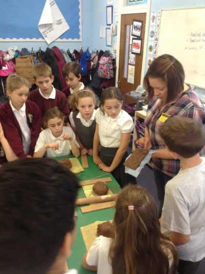 Artsit Jo Atherton introduces the WWI clay tile project to pupils from Abbots Langley Primary School